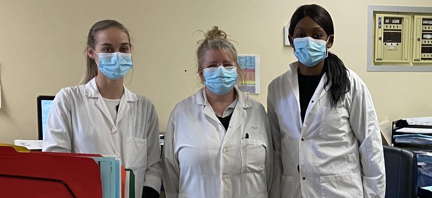 Claudianne, Johanne et Kartleen souriaient fièrement derrière leur masque