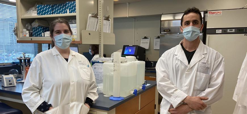 Elisabeth Gingras et Benjamin Lambert, techniciens au laboratoire de diagnostic moléculaire