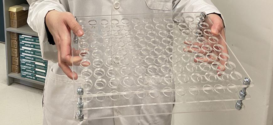 Cette plaque de plexiglas a été conçu par le conjoint d'une technicienne en laboratoire afin de préparer les échantillons à analyser